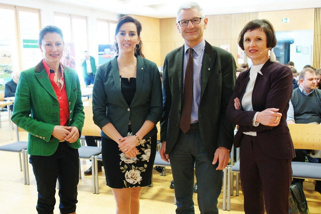Das Karriere-Forum bringt Schülerinnen und Schüler mit Vertretern aus der Wirtsc..