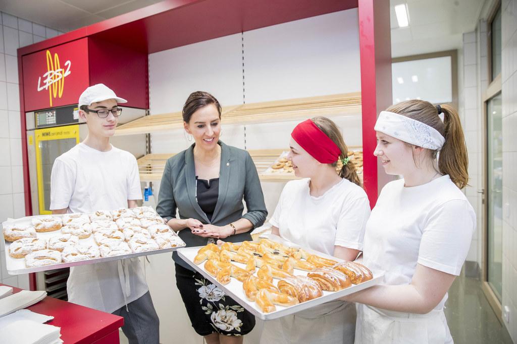 LR Maria Hutter besuchte die Landesberufsschule 2: Insgesamt 17 Lehrberufe könne..