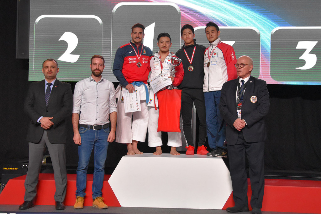 Landesrat Stefan Schnöll bei der Siegerehrung des Karate-A-Turniers in der Salzb..