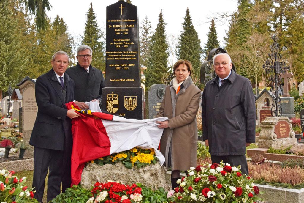 Gedenkstätte für Rudolf Ramek auf dem Kommunalfriedhof enthüllt, im Bild: LH Wil..