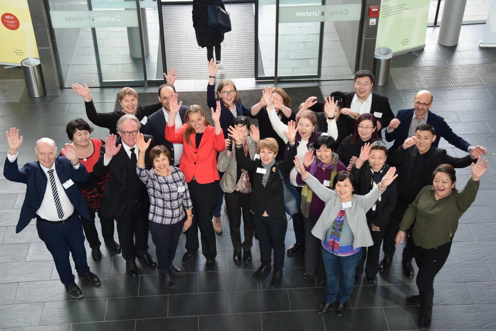 FH Salzburg gibt Inputs für Smart Cities. Im Bild: LR Andrea Klambauer mit den D..