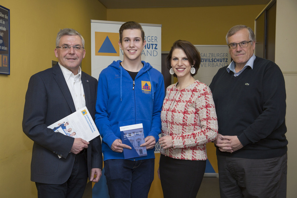 Zivildiener Michael Hattinger zeigt stolz seine Einladung zum Bundeswettbewerb i..