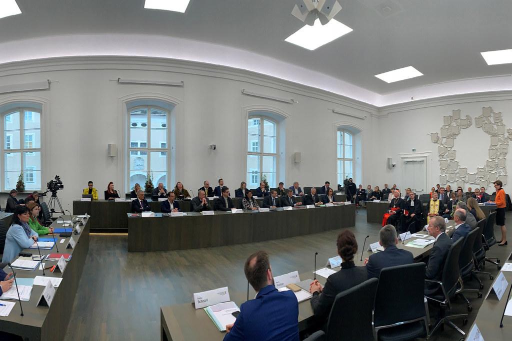 Im Landtags-sitzungs-saal finden die Ausschuss-beratungen statt.