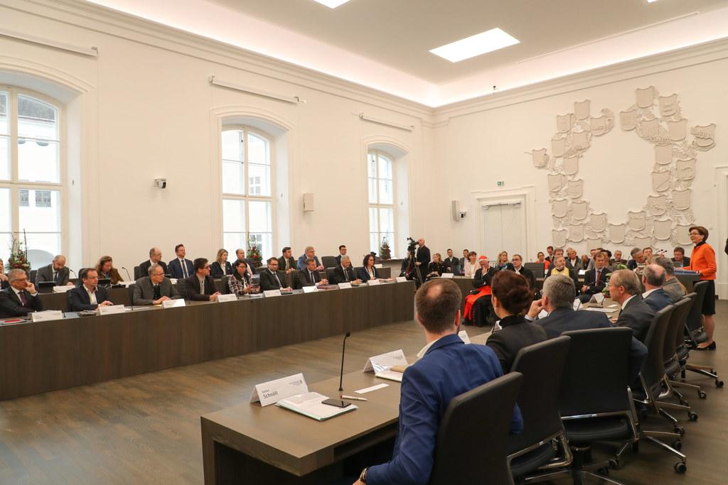 Im Sitzungs-saal vom Salzburger Land-tag finden die Ausschuss-beratungen statt.