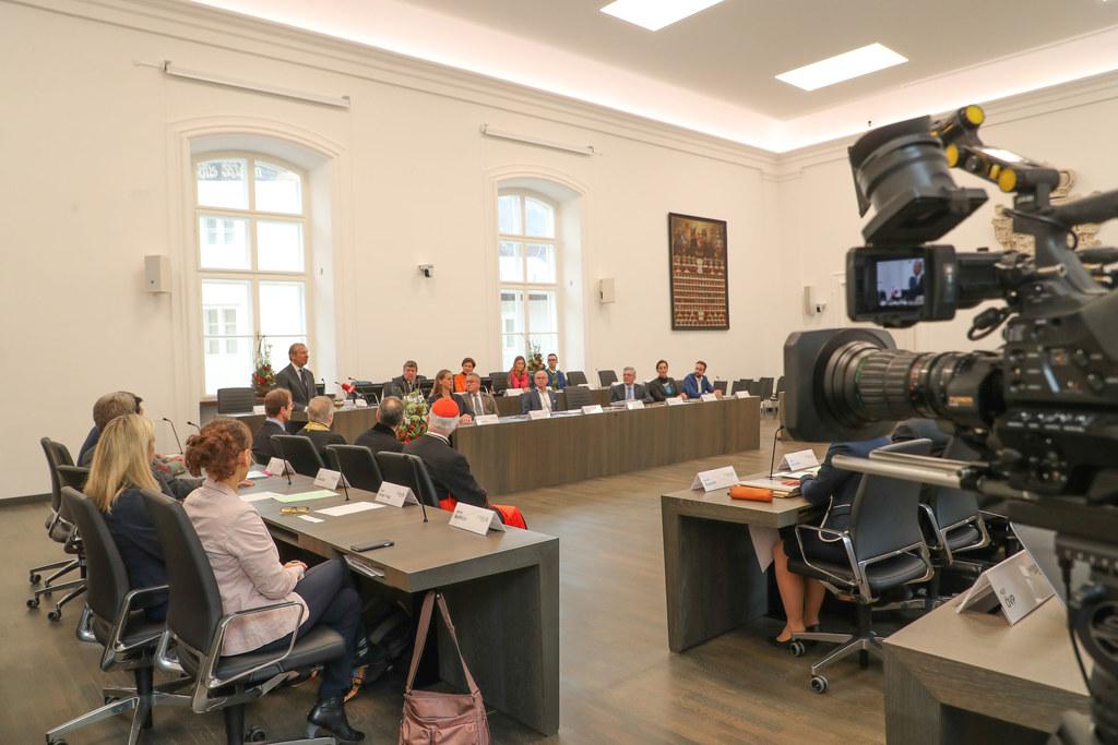 Die erste Plenarsitzung wieder zu Hause im Chiemseehof lief gestern wie am Schnü..