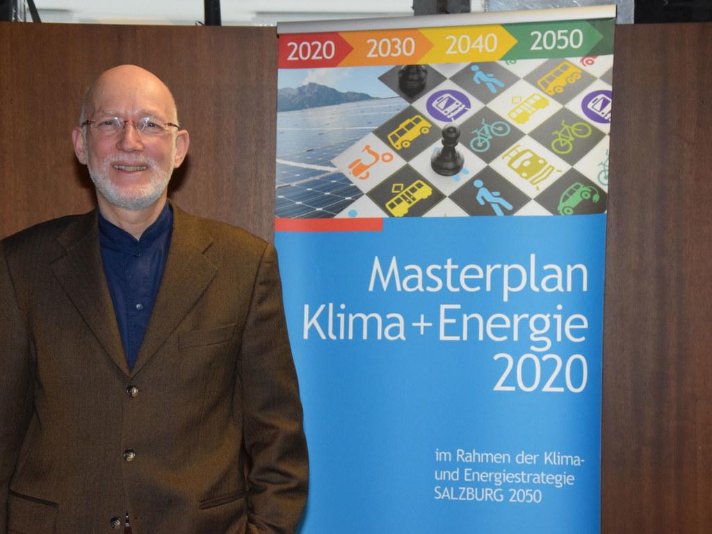 Gunter Sperka, Leiter der Stabsstelle Klimaschutz und Nachhaltigkeit, versucht a..
