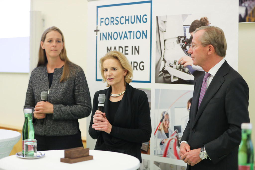 LR Andrea Klambauer (re.) und LH Wilfried Haslauer präsentierten mit Claudia Lin..