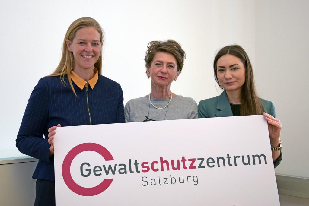 LR Andrea Klambauer ließ sich von Renée Mader (Geschäftsführerin Gewaltschutzzen..