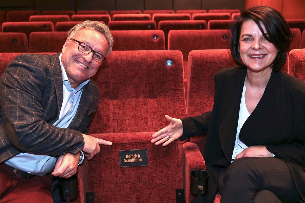 Kino-GF Renate Wurm zeigt LH-Stv. Heinrich Schellhorn seinen neuen Sitzplatz mit..