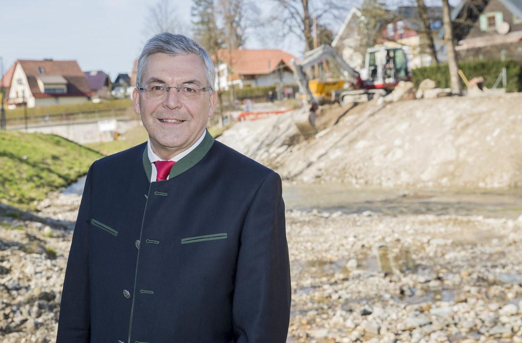 """Die Hochwasserschutzbaustellen des Landes werden in eingeschränktem Umfang wieder aufgenommen. """"Die Verordnungen zum Gesundheitsschutz werden dabei eingehalten"""", so LR Josef Schwaiger (hier im Vorjahr bei einem Projekt am Alterbach in der Landeshauptstadt)."""