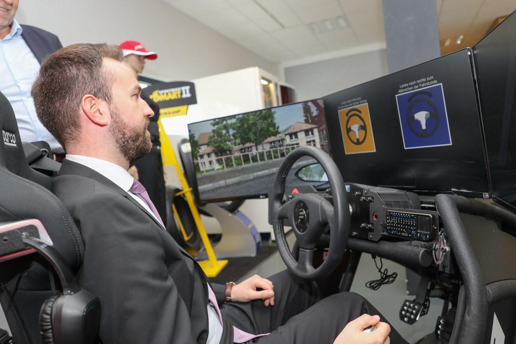 LR Stefan Schnöll testete einen Fahrzeugsimulator und informierte sich über E-Au..