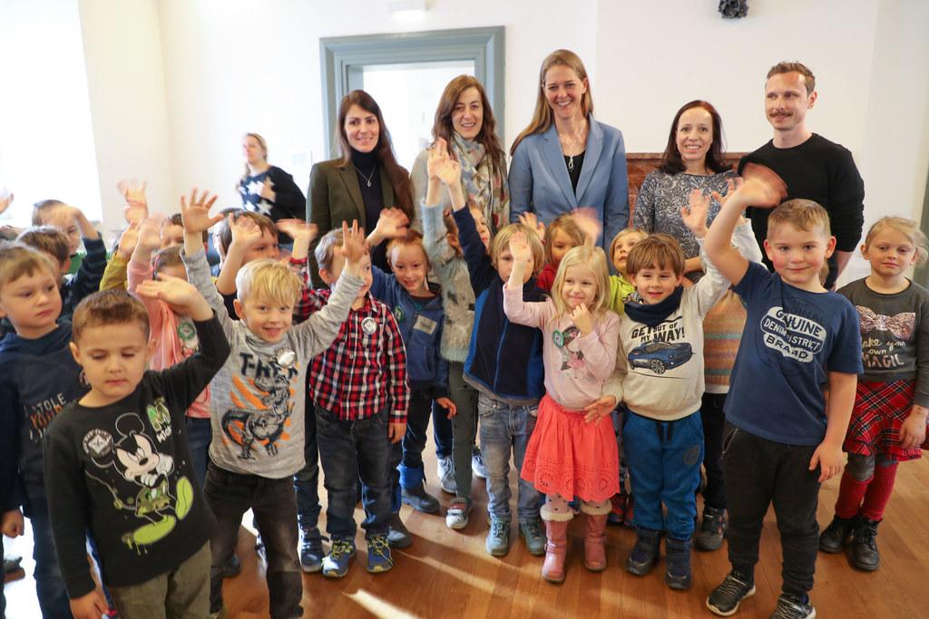 LR Andrea Klambauer wünschte beim Begrüßungsfest  in der Residenz rund 100 Kinde..