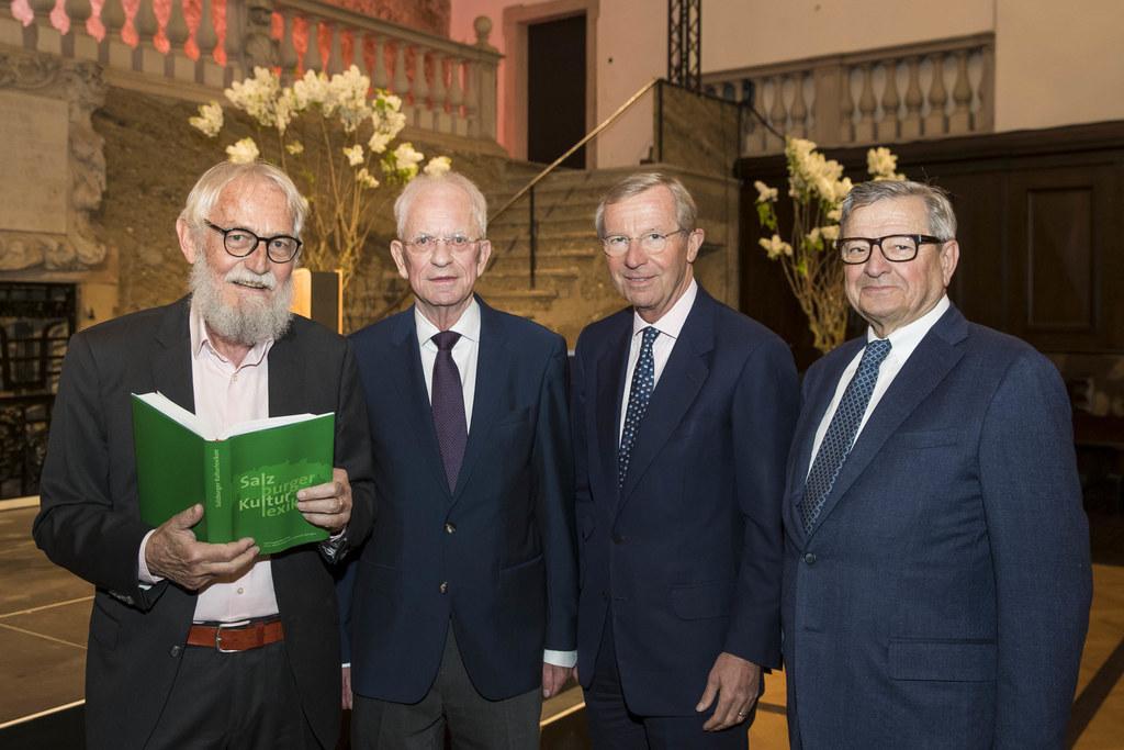 Das neue Kulturlexikon ist da! Im Bild: Verleger Jochen Jung, Peter Mittermayr, ..