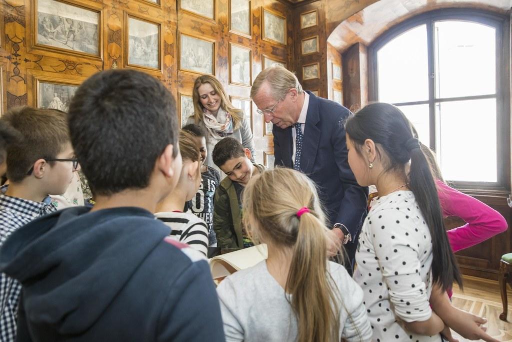 LH Wilfried Haslauer zeigte den Volksschülerinnen und -schülern aus Lehen seine ..