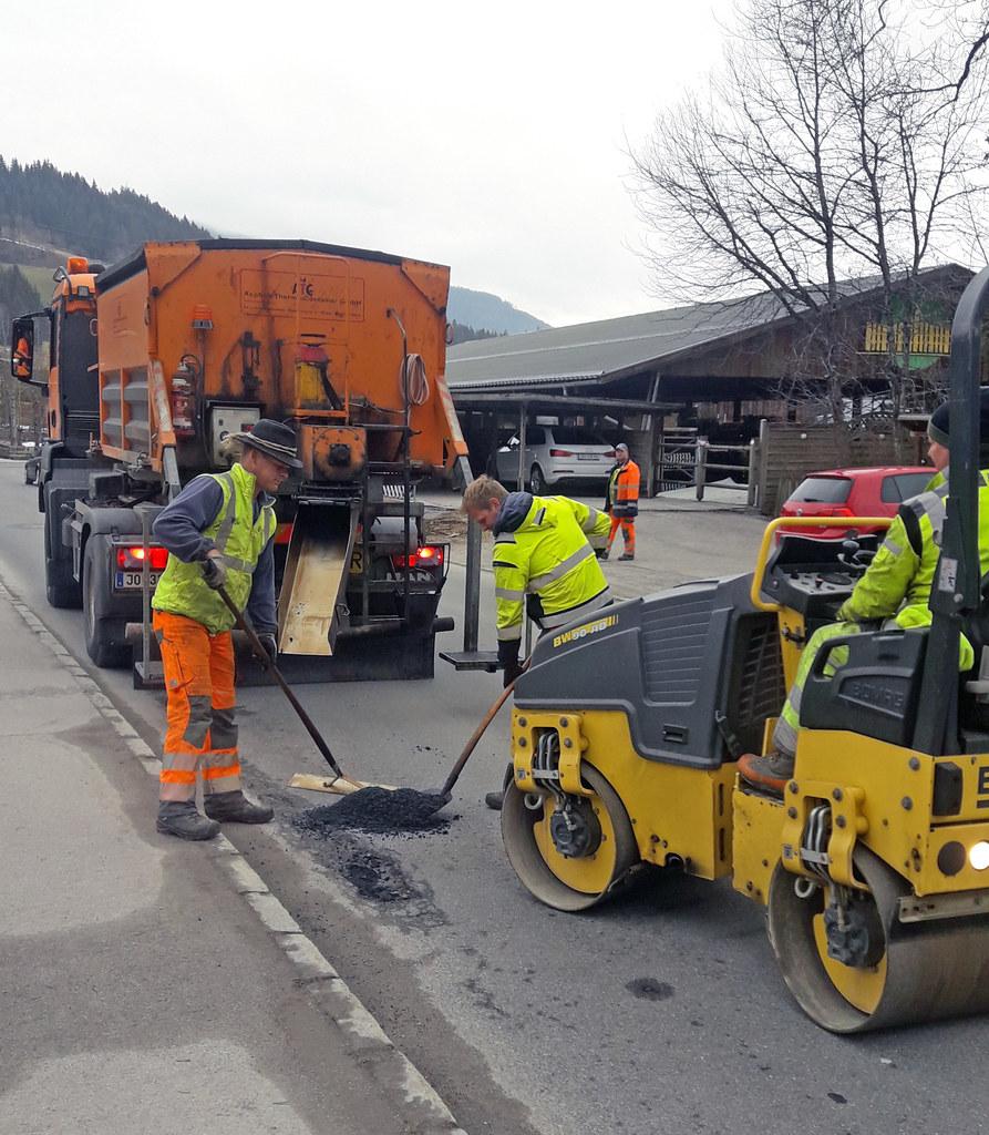 Mitarbeiter der Straßenmeisterei Pongau bei Ausbesserungsarbeiten von Frost..