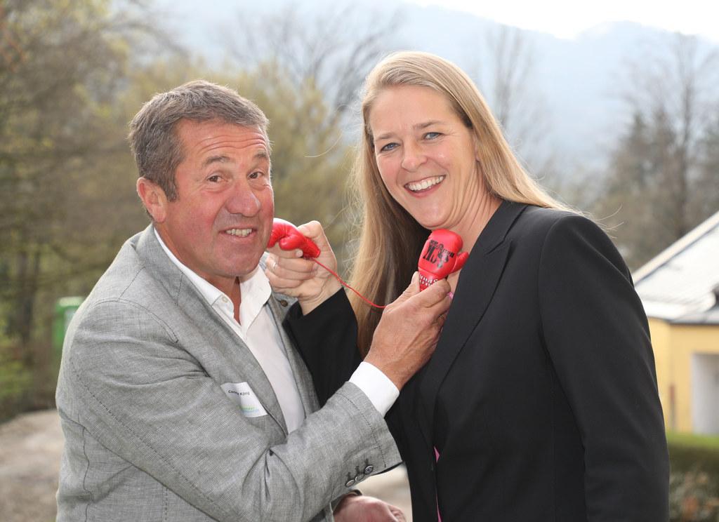 Der frühere Boxer Conny König zeigt der Landesrätin Andrea Klambauer, wie man ei..