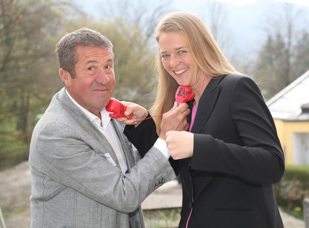 LR Andrea Klambauer lässt sich von Boxer Conny König spielerisch zeigen, wie man..