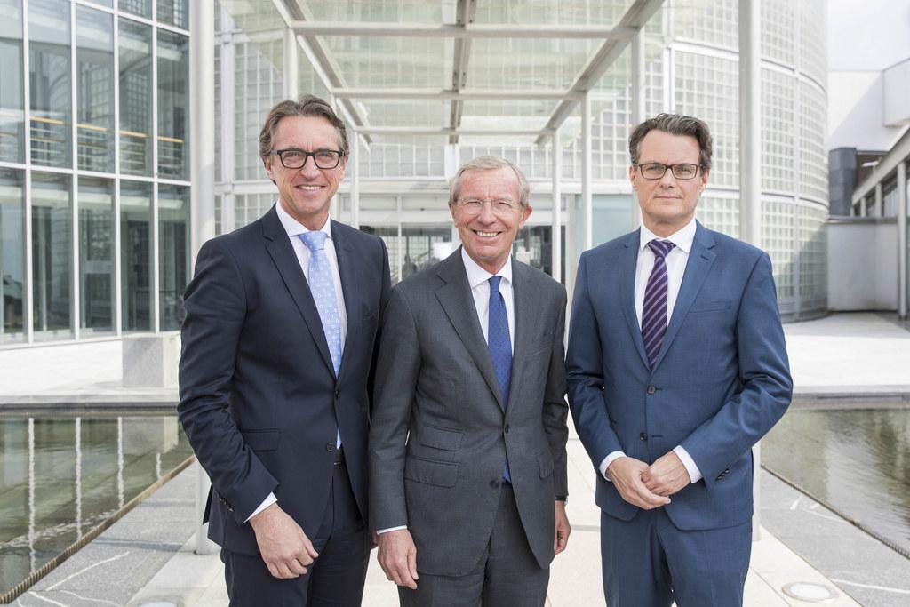 Auf eine positive Salzburg AG Bilanz können Vorstandssprecher Leonhard Schitter,..