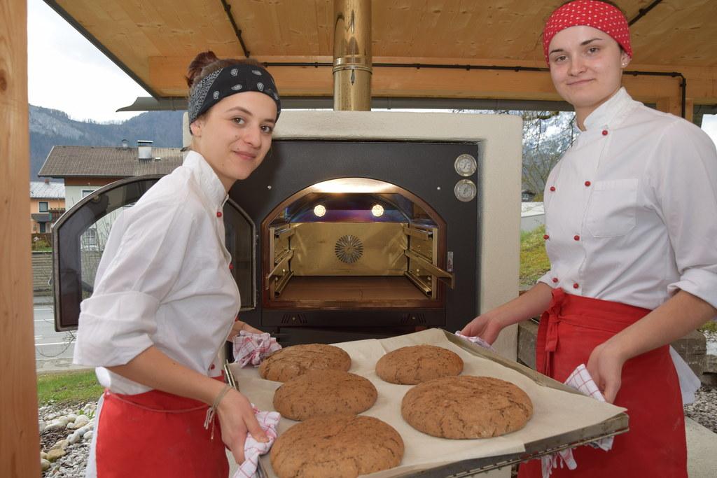In der LFS Winklhof in Oberalm liegt der Duft von frischem Brot in der Luft.