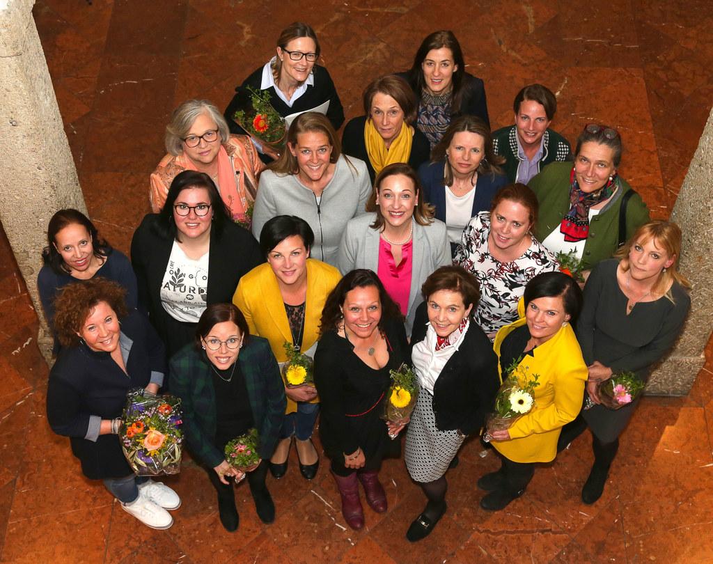 LTP Brigitta Pallauf und LR Andrea Klambauer im Kreise der Teilnehmerinnen, die ..