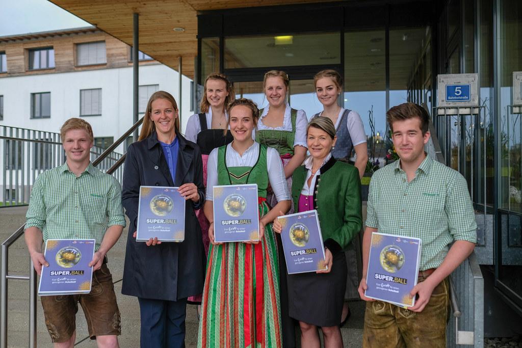 LR Andrea Klambauer mit den Schülerinnen und Schülern der LFS Bruck und Lehrerin..