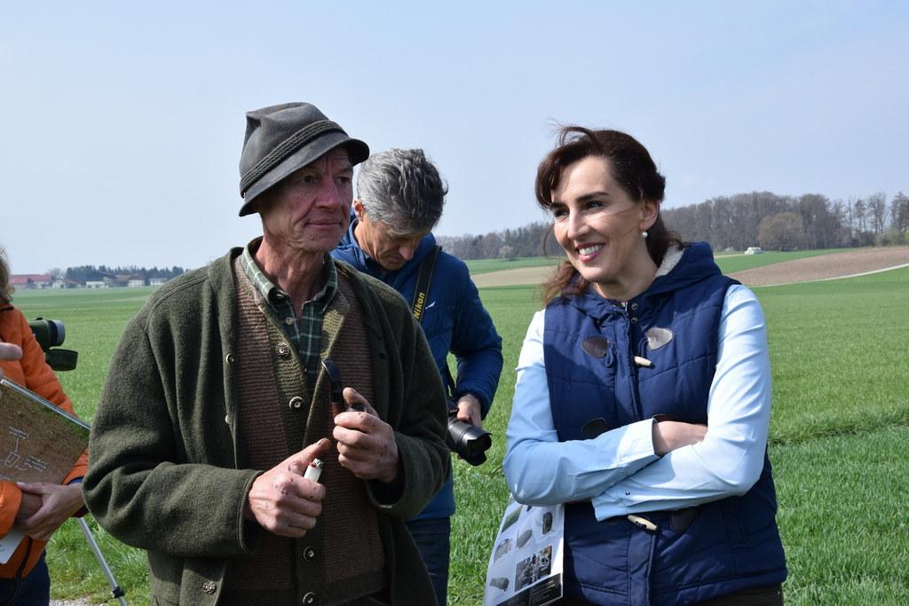 Die Bauern geben der Feldlerche wieder mehr Lebensraum. Im Bild: LR Maria Hutter..
