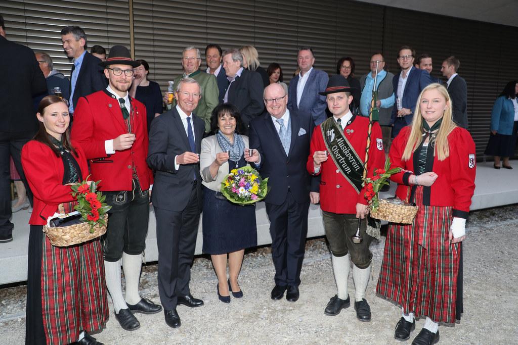 LH Wilfried Haslauer gratulierte Kommerzialrat Bernhard Seidl und dessen Gattin ..
