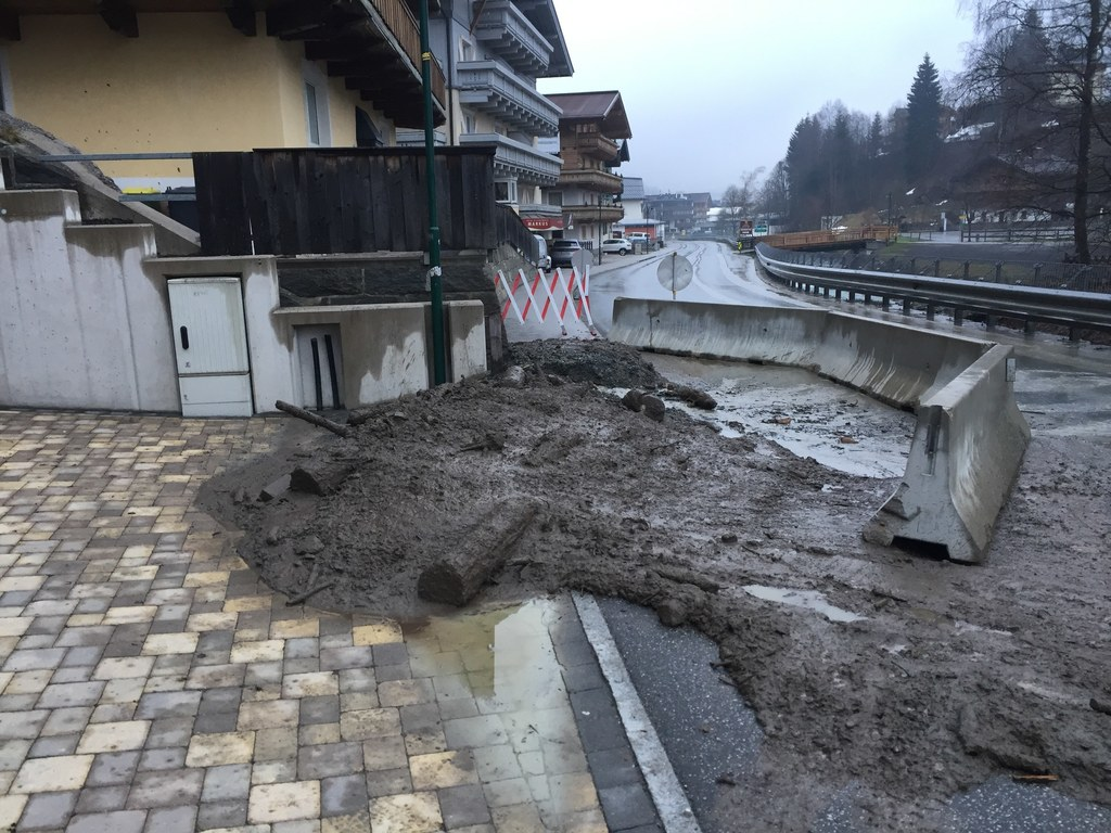 Murenabgang kurz nach dem Ortszentrum von Saalbach. Die Landesstraße ist vorerst..