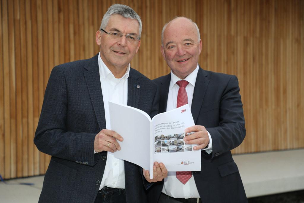 LR Josef Schwaiger und WKS-Präsident Konrad Steindl präsentierten den neuen Leit..