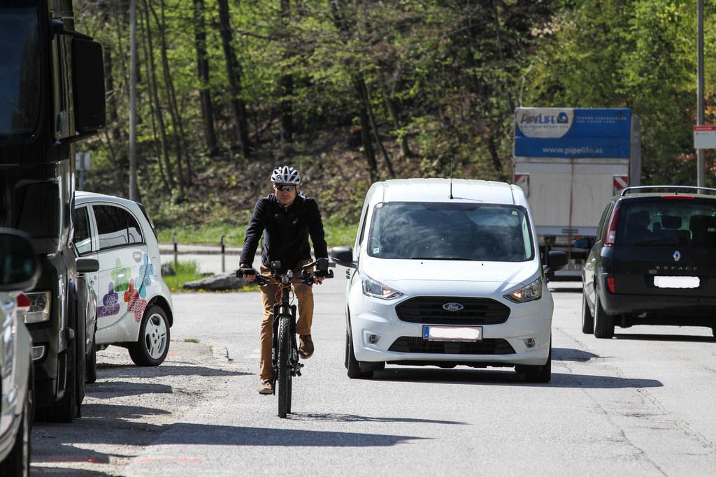 Philipp Wulz von der Verkehrspolizei testet ein Abstandsmessgerät in Salzburg-Ka..