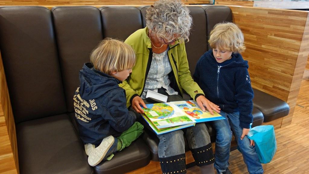 Vorlesen stärkt Kinder auf ihrem Weg ins Leben. Das Land schenkt allen Eltern ei..