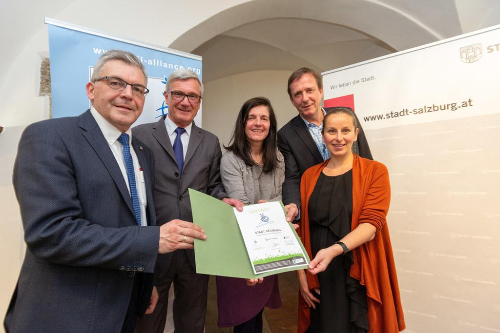 Die Stadt Salzburg tritt dem Bodenbündnis bei, im Bild: LR Schwaiger, Bgm Harald..