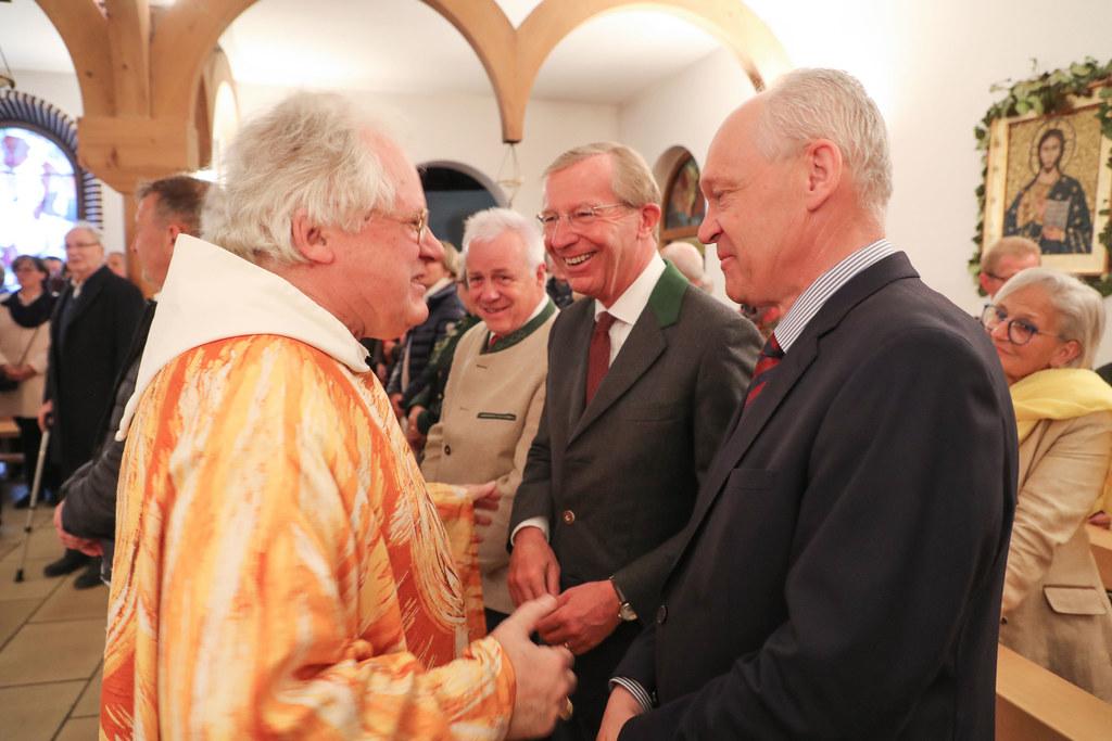Pater Johannes, der seinen 70er feierte, mit LH Wilfried Haslauer und Bezirkshauptmann Reinhold Mayer.