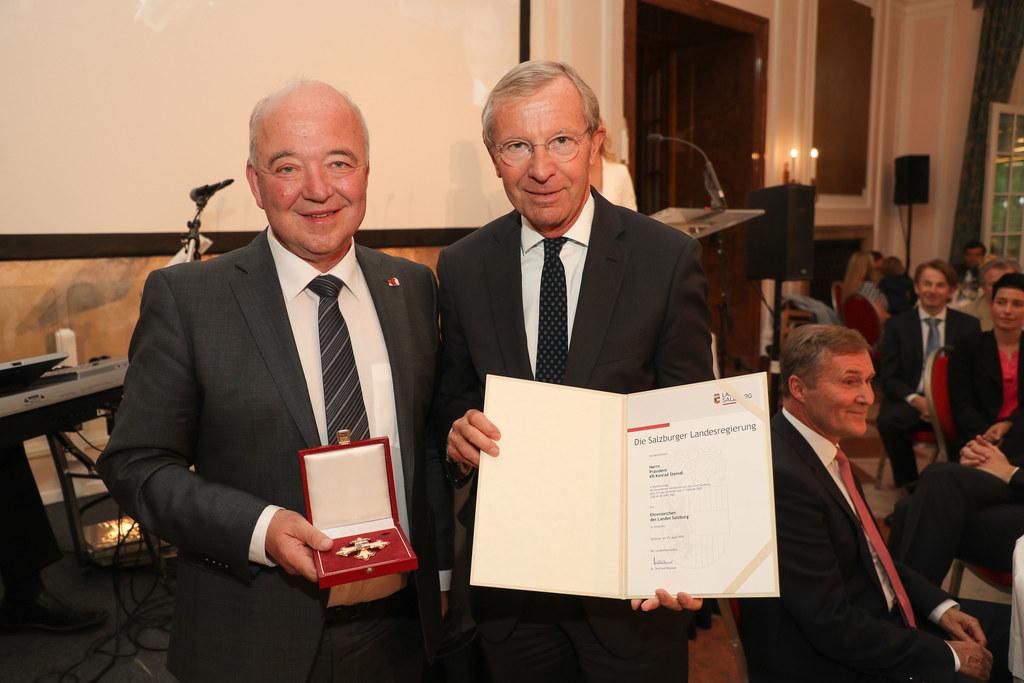 LH Wilfried Haslauer überreichte das Ehrenzeichen des Landes Salzburg an Konrad ..