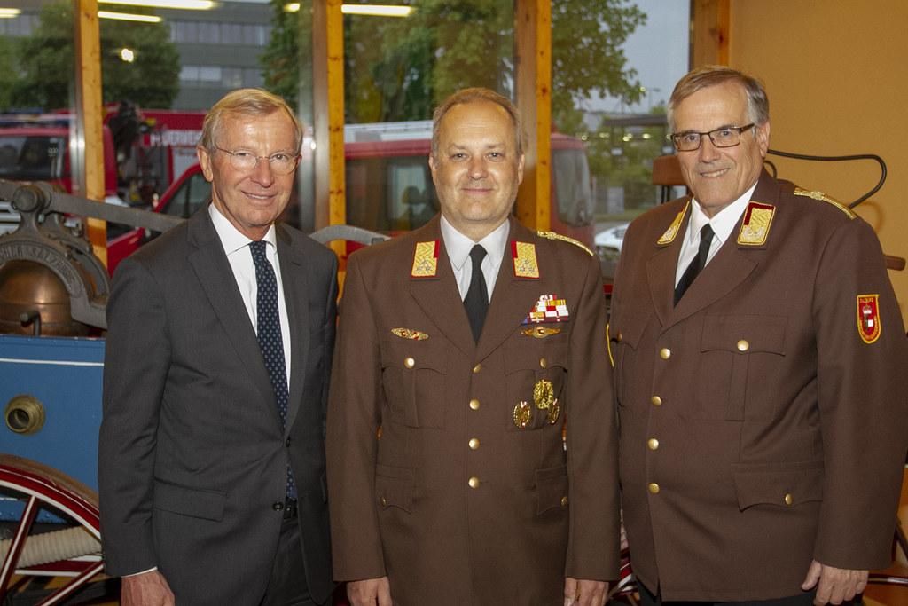 LH Wilfried Haslauer gratulierte Günter Trinker (Mitte), der Leopold Winter (re...