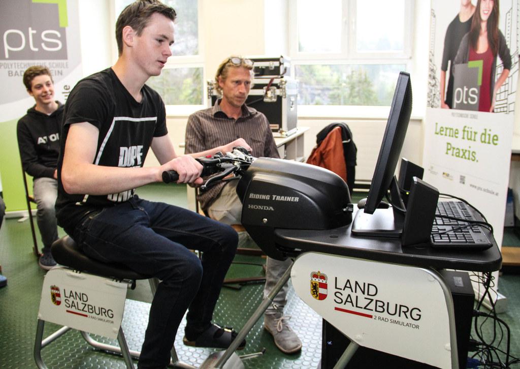 Schüler Christoph Hettegger (15) voll konzentriert am Moped-Simulator. Instrukto..