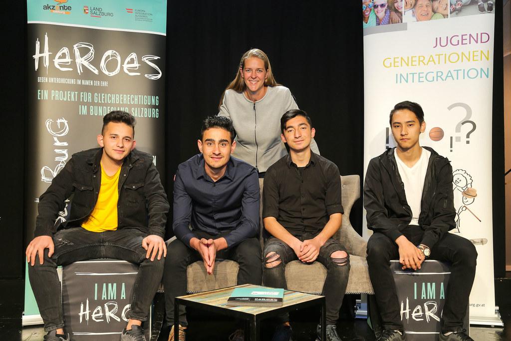 LR Andrea Klambauer mit vier der sechs neuen Heroes: Salih Gönül Alen (16), Iwan..