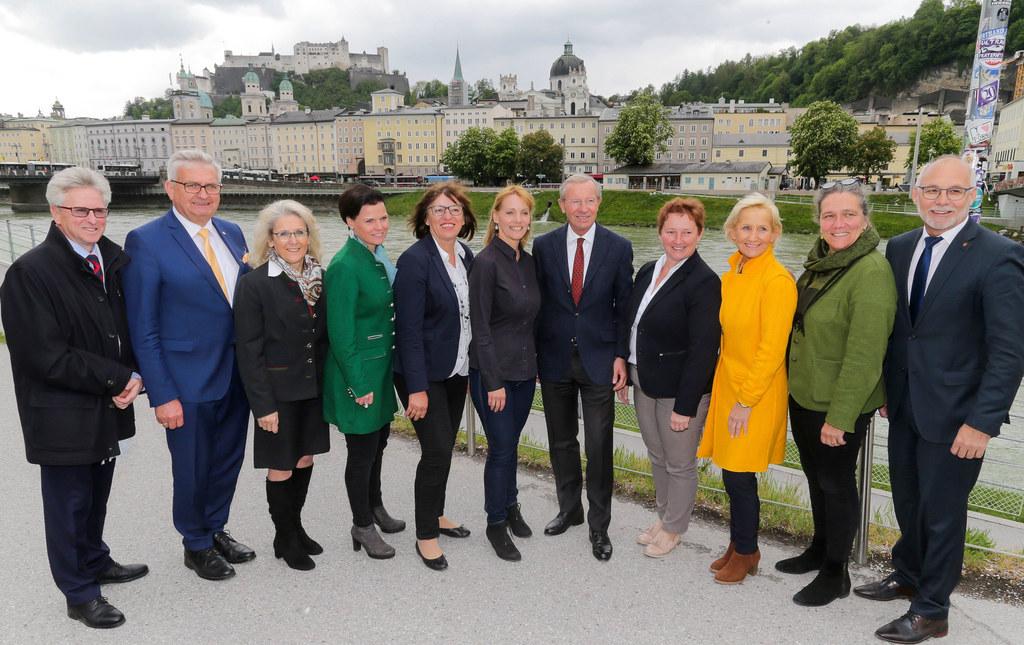 Treffen mit sieben Salzburger Bürgermeisterinnen, v.l. Walter Leiss (GenSekretär..