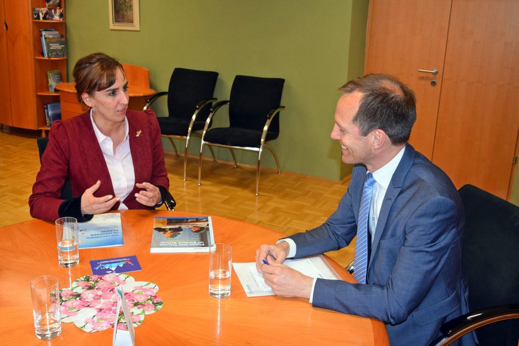 LR Maria Hutter im Gespräch mit Christoph Pinter, Leiter des UNHCR-Büros in Öste..