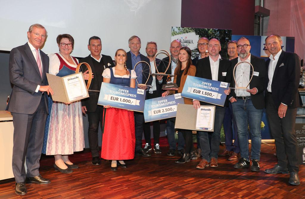 LH Wilfried Haslauer mit den Siegern bei der Verleihung des Zipfer Tourismusprei..