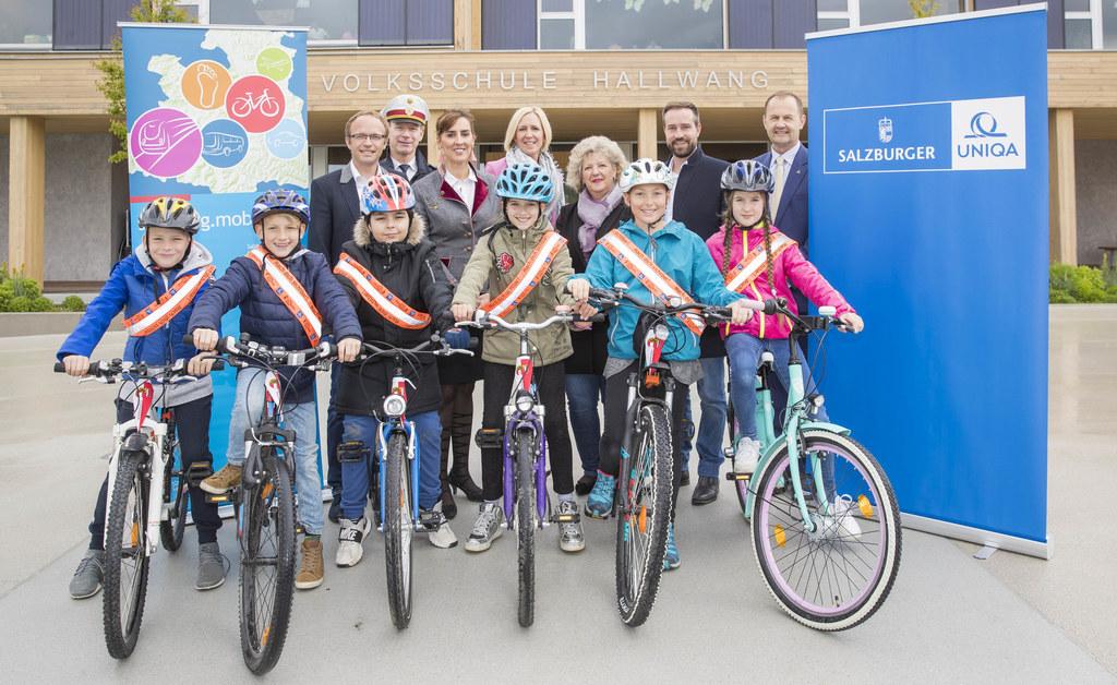 Übergabe der Sicherheitsschärpen für Fahrradneulinge in der Volksschule Hallwang..