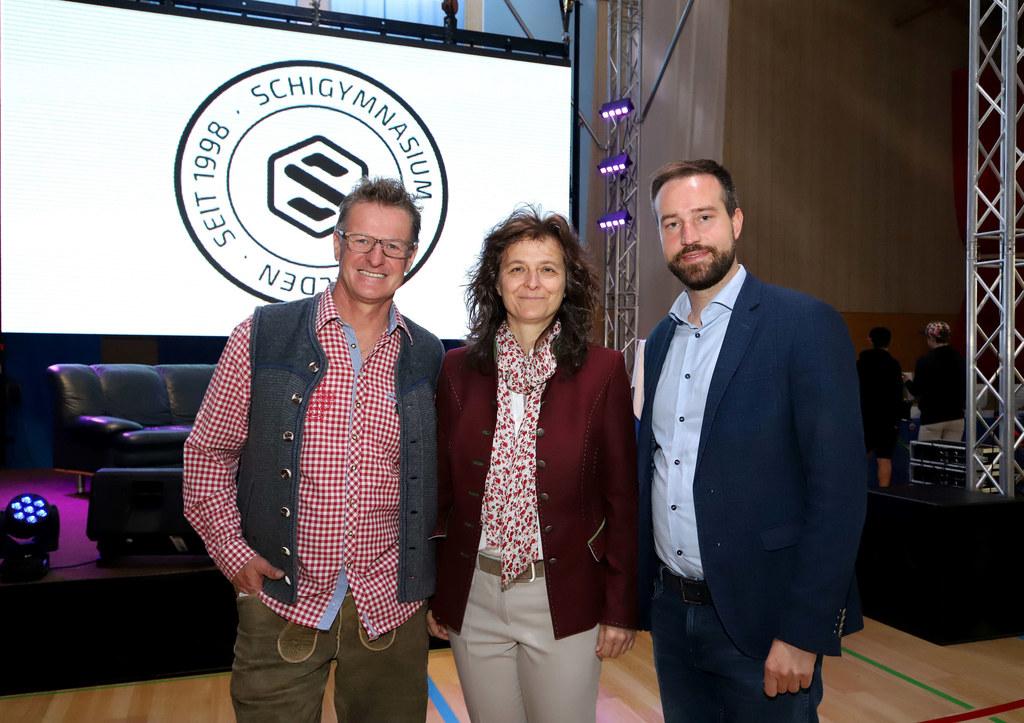 Sportkoordinator Rainer Stöphasius, Schulleiterin Romana Haslgrübler und LR Stef..