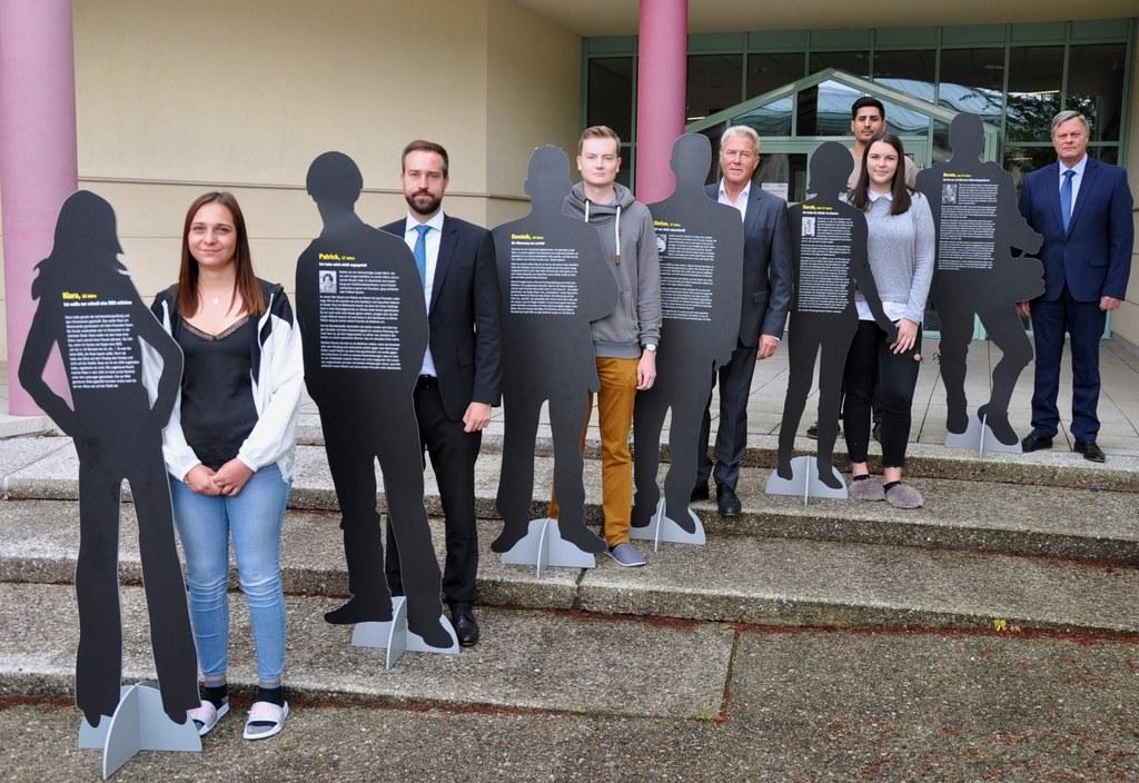 Schülerinnen und Schüler der LBS Obertrum, LR Stefan Schnöll, ÖAMTC-Chef Erich L..