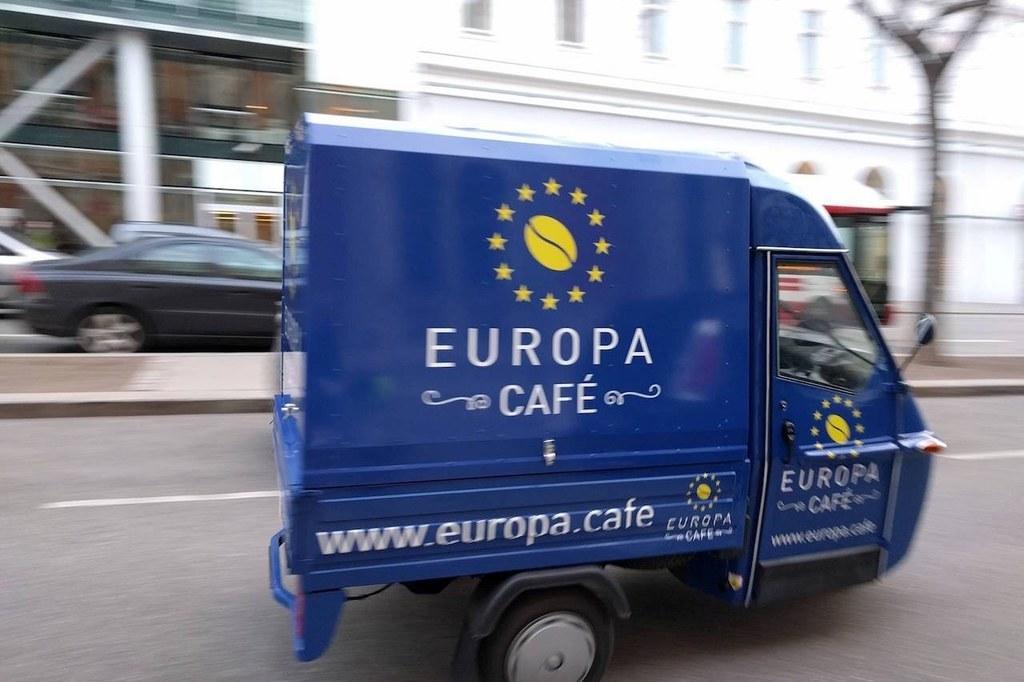 Das blaue Europa-Cafémobil tourt durch das Land.