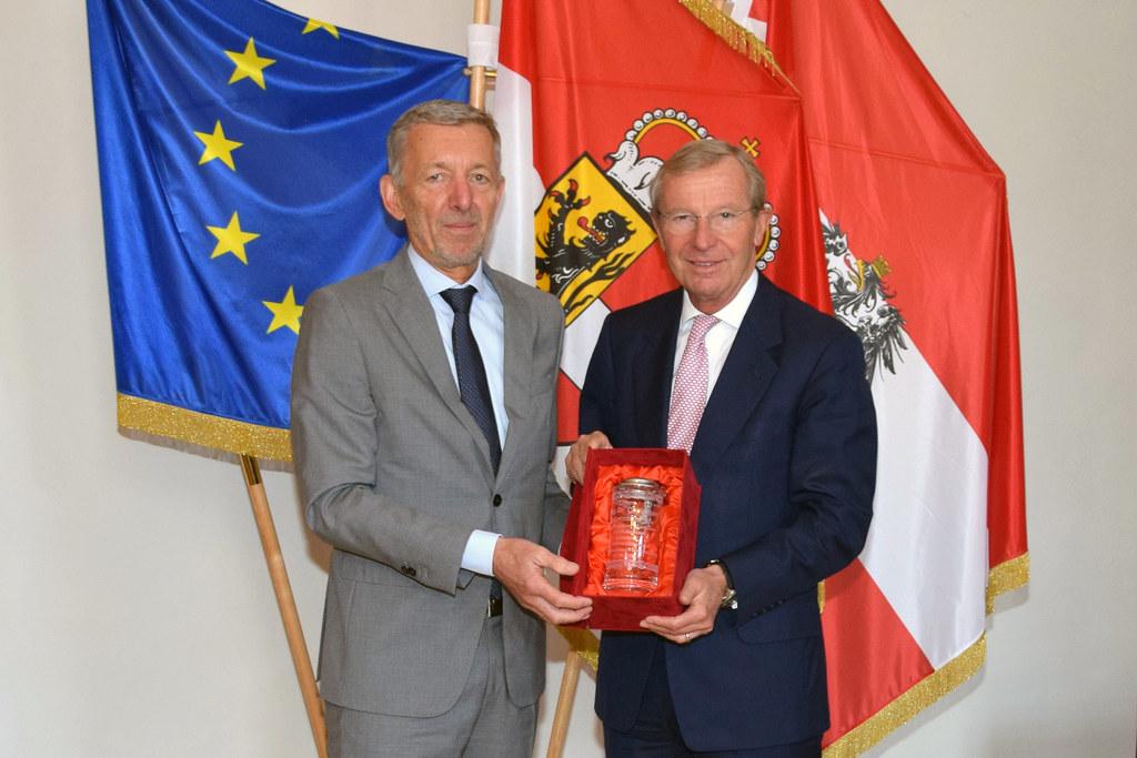 LH Wilfried Haslauer überreichte einen persönlich gewidmeten Krug an Christian S..