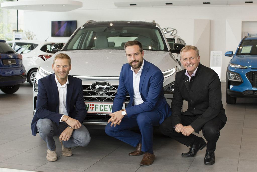 LR Stefan Schnöll präsentiert mit Thomas Strasser (Leitung Kundencenter Denzel, ..