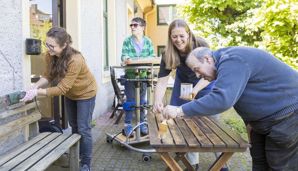 Lisa Steiner, LR Andrea Klambauer und Siegfried Wirth packten bei der Lebenshilf..