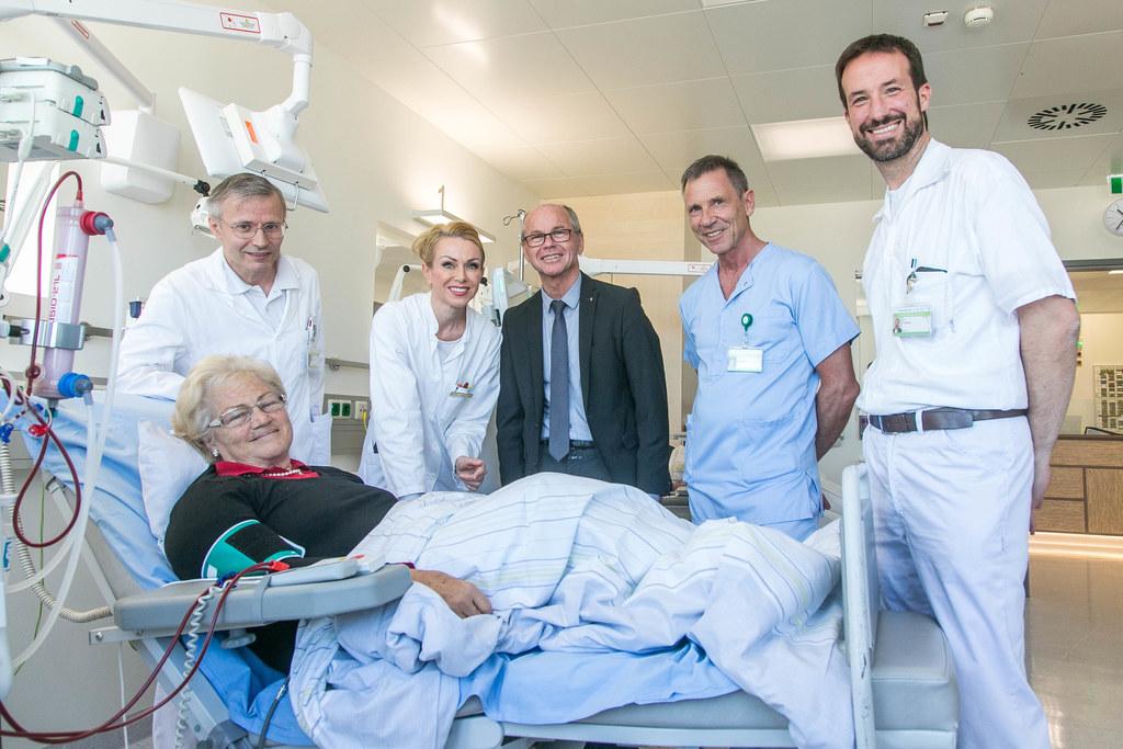 Hermann Salmhofer, der Leiter der Nephrologie- und Dialysestation, Oberärztin El..