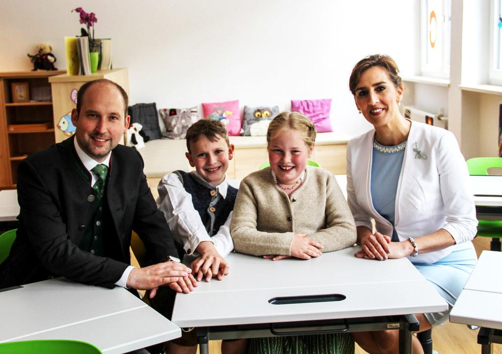 LR Maria Hutter und Bürgermeister Hannes Schernthaner mit den Schülern Andrea un..