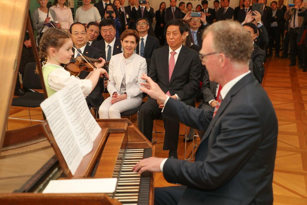 Ein besonderes Ständchen für den Gast aus China: Die siebenjährige Kalisa Rafals..